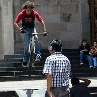 TOLUCA, México.- Jóvenes aprovechan el espacio a un costado de Catedral de Toluca para practicar algunos trucos con la bicicleta. Agencia MVT / Crisanta Espinosa. (DIGITAL)