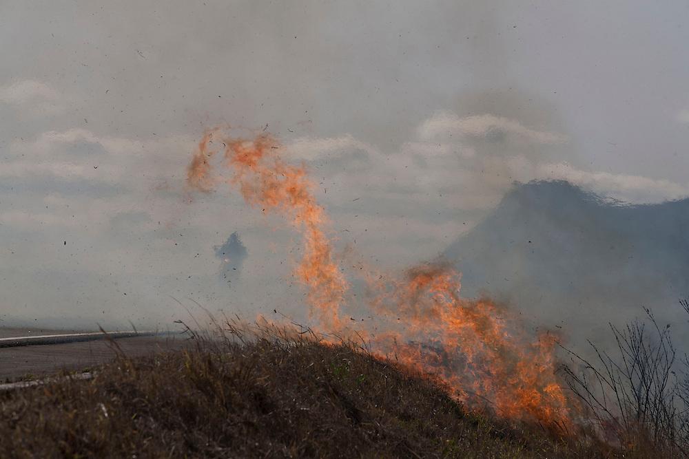 Diamantina_MG, Brazil.<br /> <br /> Saida de Diamantina, o tempo seco e muito vento contribuiram muito para alimentar os varios focos de incendio em Diamantina, Minas Gerais.<br /> <br /> Dry weather and wind contributed a lot of fire in Diamantina, Minas Gerais.<br /> <br /> Foto: LEO DRUMOND / NITRO