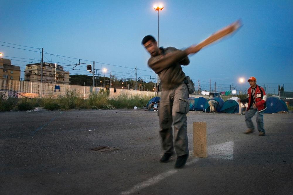 Ragazzi Afgani ammazzano il tempo giocando con lo sport preferito nella loro terra il cricket<br /> <br /> Afghan refugee play cricket in Rome