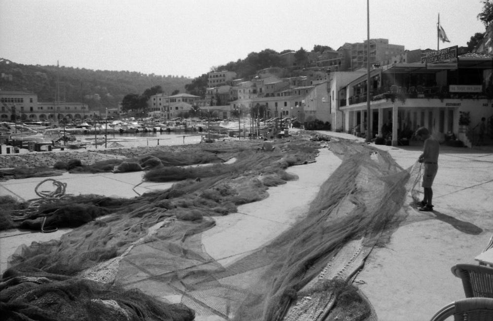 Fishermen repairing their nets. // Pescadores reparando sus redes. (Sóller, Mallorca, 2003)