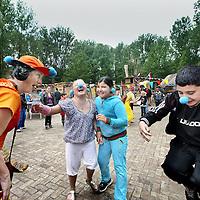 Nederland, Amsterdam , 8 juli 2012..bouwspeelplaats t landje viert haar 40 jaar bestaan..Op de foto: clowns amuseren de kinderen tijdens het feestje van de bouwplaats in het Rembrandtpark..Foto:Jean-Pierre Jans