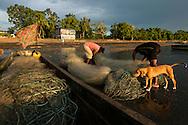 Pescadores artesanales guardando  el tren de redes luego de un d&iacute;a de pesca,<br /> Pueblo de Taimati en la costa del  golfo de San Miguel, Provincia de Darien,  Oc&eacute;ano Pac&iacute;fico de Panam&aacute;.   El golfo de San Miguel es el estuario m&aacute;s grande de Panam&aacute;, con una extensi&oacute;n de unos 1,760 km2.  La comunidad de Taimati  esta conformada por ind&iacute;genas Embera-Wounaan y criollos dedicados principalmente a la pesca artesanal y cultivos como el arroz, yuca y pl&aacute;tanos.