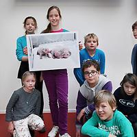 Nederland, Amsterdam , 14 dcember 2014.<br /> De kinderjury met de winnende Nieuwsfoto 2014op de redactie van Kidsweek, 7 Days.<br /> Foto:Jean-Pierre Jans