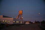 Il pozzo numero 1 alle prime luci dell'alba. Da questo punto con un gigantesco argano vengono calati materiali e persone all'interno della miniera