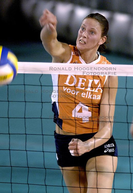 11-09-2006 VOLLEYBAL: TEAMPRESENTATIE AAN HOOFDSPONSOR DELA: EINDHOVEN<br /> De NeVoBo heeft uitvaartverzekeraar en - verzorger DELA gepresenteerd als nieuwe hoofdsponsor van het nationale damesteam. De dames werden in het Indoorsportcentrum Eindhoven aan het personeel voorgesteld / Chaine Staelens<br /> &copy;2006-WWW.FOTOHOOGENDOORN.NL