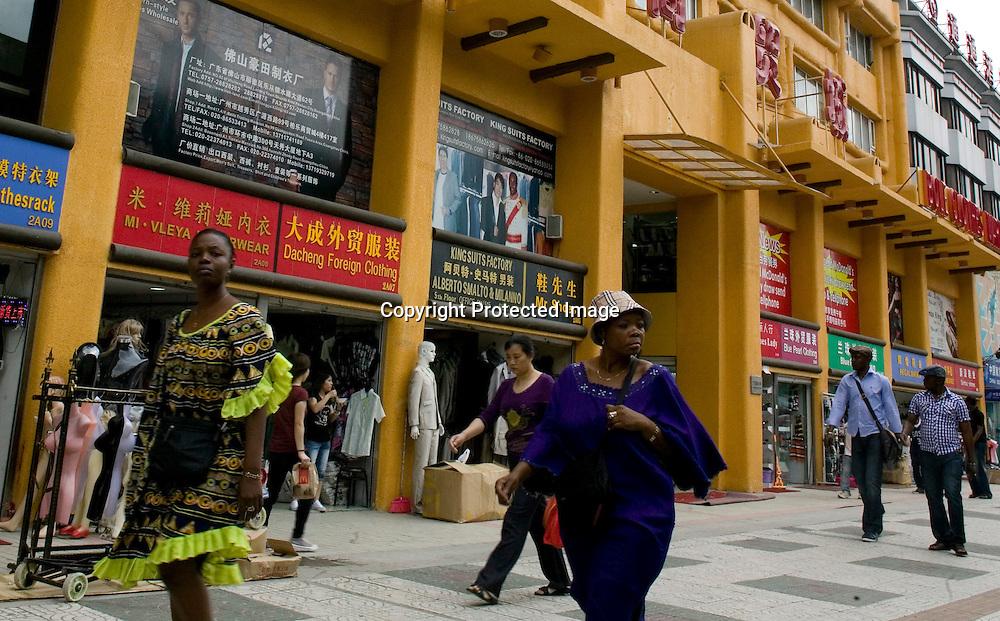 GUANGZHOU, 3. Mai , 2010:.Afrikanerinnengehen an einem Handelszentrum in Guangzhou vorbei...