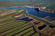Nederland, Zuid-Holland, Hollandsche IJssel, 20-03-2009; Hollandse IJssel tussen Nieuwerkerk a/d IJssel en Ouderkerk a/d IJssel. De Groendijk ( de hoge dijk onder in beeld) dreigde het tijdens de watersnood van 1953 te  begeven waardoor een groot deel van het laag gelegen en dicht bevolkte westen van Nederland ondergelopen zouden zijn..During the flood onf 1953, the dike was in a very bad shape and as a consequence the low-lying and densely populated west of the Netherlands was almost flooded..Upsteam storm surge bariers now protect this part of the country..Swart collectie, luchtfoto (toeslag); Swart Collection, aerial photo (additional fee required).foto Siebe Swart / photo Siebe Swart