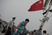 En attendant la cérémonie quotidienne de descente du drapeau sur la place Tiananmen. 24 Mai 2009.