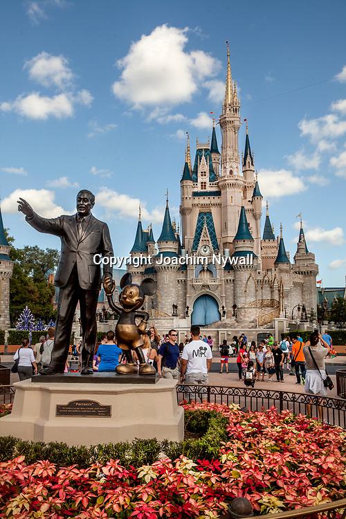 20151116 Orlando Florida USA <br /> Magic Kingdom Disneyworld<br /> Askungens slott och staty av Walt Disney och Musse Pigg<br /> <br /> <br /> FOTO : JOACHIM NYWALL KOD 0708840825_1<br /> COPYRIGHT JOACHIM NYWALL<br /> <br /> ***BETALBILD***<br /> Redovisas till <br /> NYWALL MEDIA AB<br /> Strandgatan 30<br /> 461 31 Trollh&auml;ttan<br /> Prislista enl BLF , om inget annat avtalas.
