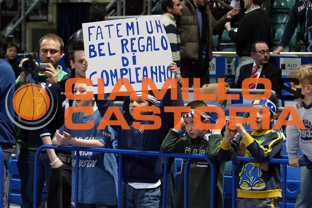DESCRIZIONE : Bologna Lega A1 2006-07 Climamio Fortitudo Bologna VidiVici Virtus Bologna <br /> GIOCATORE : Tifosi <br /> SQUADRA : Climamio Fortitudo Bologna <br /> EVENTO : Campionato Lega A1 2006-2007 <br /> GARA : Climamio Fortitudo Bologna VidiVici Virtus Bologna <br /> DATA : 11/03/2007 <br /> CATEGORIA : <br /> SPORT : Pallacanestro <br /> AUTORE : Agenzia Ciamillo-Castoria/L.Villani