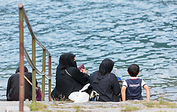 THEMENBILD, Frauen in Burka gekleidet mit einem Kind am See. Jedes Jahr besuchen mehrere Tausend Gäste aus dem arabischen Raum die Urlaubsregion im Salzburger Pinzgau, aufgenommen am 04.August 2015 in Zell am See, Österreich // Women in burqa clad with a child at the lake. Every year thousands of guests from Arab countries takes their holiday in Zell am See - Kaprun Region, Zell am See, Austria on 2015/08/04. EXPA Pictures © 2015, PhotoCredit: EXPA/ JFK