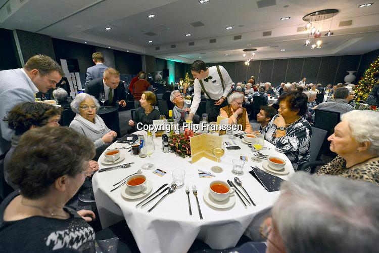 Nederland, Nijmegen, 20-12-2016Willeke Alberti treedt op voor eenzame ouderen die een kerstdiner hebben gekregen in het van der Valk hotel van het nationaal ouderenfonds .Foto: Flip Franssen
