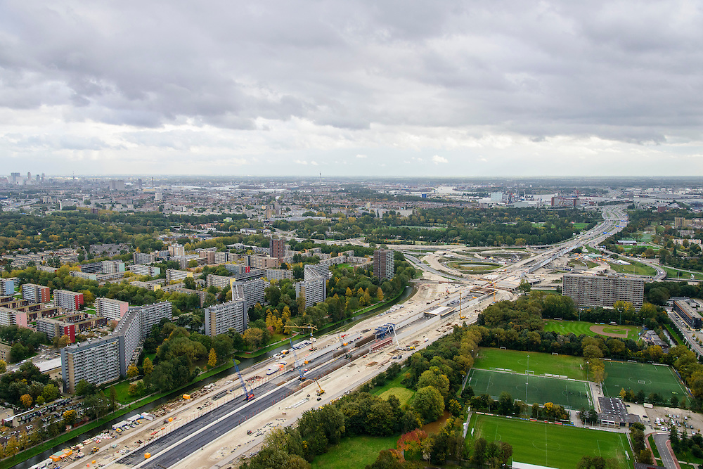 Nederland, Zuid-Holland, Schiedam, 23-10-2013; aanleg van de verlengde A4 (A4 Delft-Schiedam). Bouw landtunnel, rechts Kethelplein.<br /> Construction land tunnel of the extended A4 (A4 Delft-Schiedam) between Vlaardingen and Schiedam.<br /> luchtfoto (toeslag op standaard tarieven);<br /> aerial photo (additional fee required);<br /> copyright foto/photo Siebe Swart.