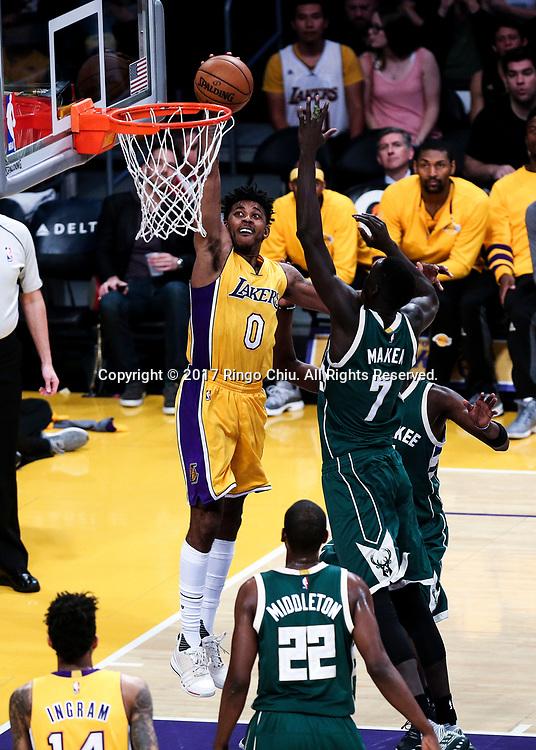 3月17日,杉矶湖人队球员尼克 - 杨(左)在比賽中扣篮。 当日,在2016-2017赛季NBA常规赛中,洛杉矶湖人队主场以103比107不敌密尔沃基雄鹿队。 新华社发 (赵汉荣摄)<br /> Los Angeles Lakers guard Nick Young (#0) goes up for a dunk against Milwaukee Bucks during an NBA basketball game, Friday, March 17, 2017.<br /> (Photo by Ringo Chiu/PHOTOFORMULA.com)<br /> <br /> Usage Notes: This content is intended for editorial use only. For other uses, additional clearances may be required.