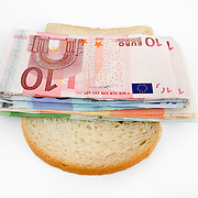 Nederland Barendrecht 29 maart 2009 20090329 Foto: David Rozing ..Illustratief beeld bij recessie /  kredietcrisis / economie, dun belegde boterham, .beleg op de boterham verdienen, spaargeld opeten.illustration recession, economy, poor, little savings, basic needs / costs, money , making a living, loan.Foto: David Rozing