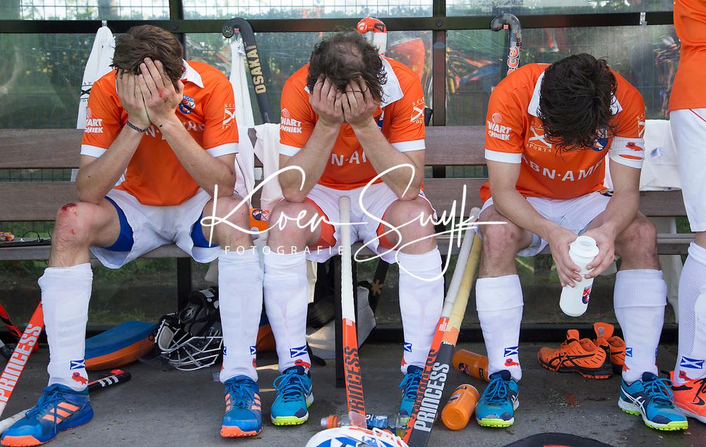 BLOEMENDAAL  -   Teleurstelling bij vlnr Florian Fuchs (Bloemendaal) , Rogier Hofman (Bloemendaal) en Wouter Jolie (Bloemendaal) ) na   de verloren play-off wedstrijd heren hoofdklasse Bloemendaal-Kampong (0-2) . Kampong plaatst zich voor de finale.  COPYRIGHT KOEN SUYK