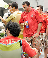 GEPA-2606087318 - WIEN,AUSTRIA,26.JUN.08 - FUSSBALL - UEFA Europameisterschaft, EURO 2008, Host City Fan Zone, Fanmeile, Fan Meile, Public Viewing. Bild zeigt Spanien-Fans am Stephansplatz. <br />