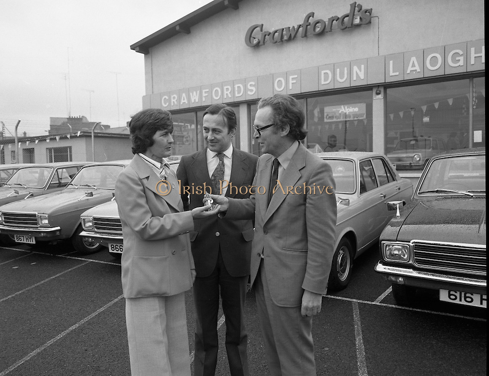 Tubberware Girls - New Cars 31/05/1976.05/31/1976.31st May 1976.Pictured from left to right Michael Rowe, Managing Director Chrysler (Ireland) Limited, Louise Coleman, Tupperware Distributor and Hugh Crawford, Managing Director Crawford's Dun Laoghaire.