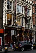 KING'S HEAD PUB & THEATRE.115, Upper Street, Islington, N1 1QN.Tube: Angel (Northen line), Highbury-Islington (Victoria Line).tel: 0044(0)2072264443.Box Office: 0044(0)8444771000.web: kingsheadtheatre.com.E-mail: pub@kingsheadtheatre.com.EVENTI: TEATRO: si trova nel retro del pub ed e' stato nominato come miglior teatro al di fuori del WestEnd per la produzione della BOHEME. Raccomandato per vivere un esperienza teatrale che va al di la dei teatri convenzionali. Inoltre, il pub organizza serate di misica dal vivo e  MUSICQUIZ NIGHT per mettere alla prova la vostra conoscenza musicale..