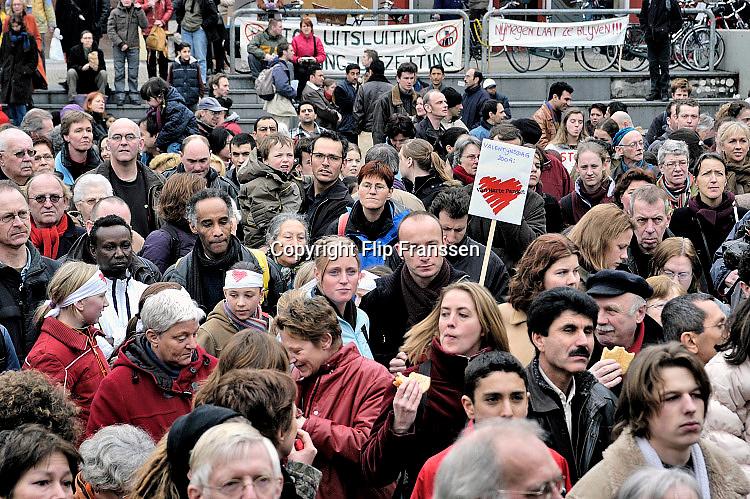 Nederland, Nijmegen, 14-2-2004Protest, demonstratie, op Plein44 in Nijmegen tegen het uitzettingsbeleid van Verdonk. Asielzoekers, vluchtelingen, pardonregeling, verzet, Terugkeren naar land van herkomst, schrijnende gevallen.Foto: Flip Franssen