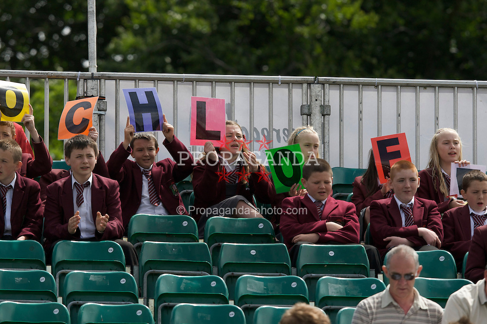LIVERPOOL, ENGLAND - Wednesday, June 11, 2008: School chldren show their support for local 15-year-old Chloe Murphy (GBR) during the Women's Singles on Day Two of the Tradition-ICAP Liverpool International Tennis Tournament at Calderstones Park. (Photo by David Rawcliffe/Propaganda)