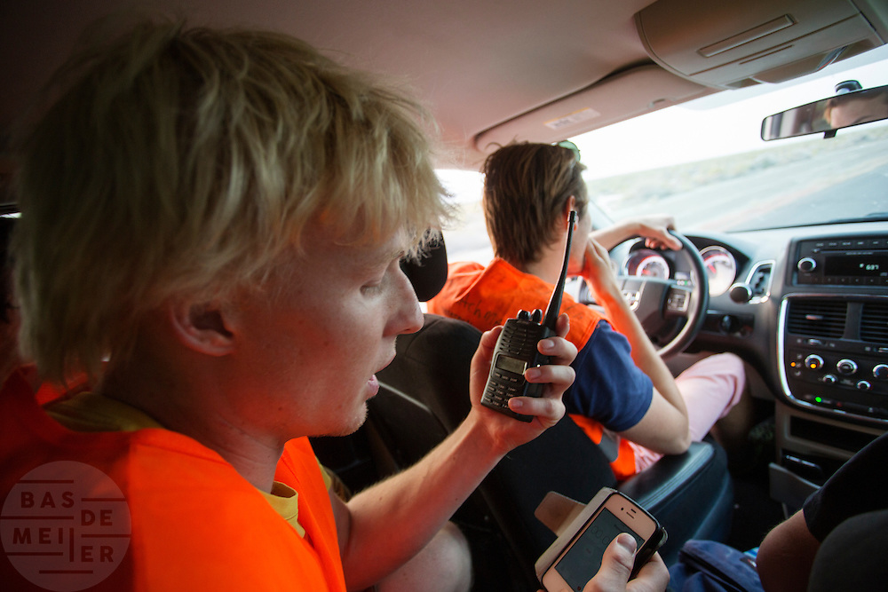 In de volgauto geeft trainer Louk Timmer het protocol door aan de rijder. Het team test de VeloX V in de woestijn. Het Human Power Team Delft en Amsterdam (HPT), dat bestaat uit studenten van de TU Delft en de VU Amsterdam, is in Amerika om te proberen het record snelfietsen te verbreken. Momenteel zijn zij recordhouder, in 2013 reed Sebastiaan Bowier 133,78 km/h in de VeloX3. In Battle Mountain (Nevada) wordt ieder jaar de World Human Powered Speed Challenge gehouden. Tijdens deze wedstrijd wordt geprobeerd zo hard mogelijk te fietsen op pure menskracht. Ze halen snelheden tot 133 km/h. De deelnemers bestaan zowel uit teams van universiteiten als uit hobbyisten. Met de gestroomlijnde fietsen willen ze laten zien wat mogelijk is met menskracht. De speciale ligfietsen kunnen gezien worden als de Formule 1 van het fietsen. De kennis die wordt opgedaan wordt ook gebruikt om duurzaam vervoer verder te ontwikkelen.<br /> <br /> In the chase vehicle trainer Louk Timmer tells the protocol to the rider in the bike. The team tests the VeloX V. The Human Power Team Delft and Amsterdam, a team by students of the TU Delft and the VU Amsterdam, is in America to set a new  world record speed cycling. I 2013 the team broke the record, Sebastiaan Bowier rode 133,78 km/h (83,13 mph) with the VeloX3. In Battle Mountain (Nevada) each year the World Human Powered Speed ​​Challenge is held. During this race they try to ride on pure manpower as hard as possible. Speeds up to 133 km/h are reached. The participants consist of both teams from universities and from hobbyists. With the sleek bikes they want to show what is possible with human power. The special recumbent bicycles can be seen as the Formula 1 of the bicycle. The knowledge gained is also used to develop sustainable transport.