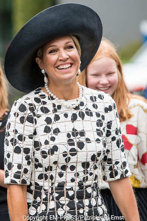 Koningin Maxima vertrekt na afloop van het bezoek aan de kindertelefoon. De stichting viert dit jaar het veertigjarig bestaan. De Kindertelefoon biedt kinderen de mogelijkheid om anoniem hun verhaal te kunnen doen.<br /> <br /> Queen Maxima leaves after the visit to the children's telephone. The foundation is celebrating its 40th anniversary this year. The Kindertelefoon offers children the opportunity to tell their story anonymously.