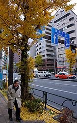 Pedestre caminha pelas ruas do distrito de Shinjuku, Japão. FOTO: Jefferson Bernardes/Preview.com