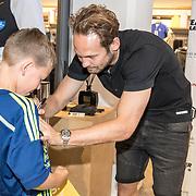 NLD/Haarlem/20190825 - Kledingpresentatie Daley Blind, Daley Blind signeert