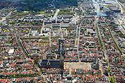 Nederland, Zuid-Holland, Delft, 09-05-2013; <br /> Overzicht historisch centrum van Delft zicht op de Markt met terrassen, de Nieuwe Kerk (l)  haaks erop de Maria van Jessekerk, en het stadhuis (r ),  gracht rechts is de Oude Delft, daarnaast de Koornmarkt, midden in beeld is de Brabantse Turfmarkt achter de Nieuwe Kerk loopt het Oosteinde.  Het water van de grachten komt uit in de Delftse Schie via de Zuidkolk, rechtsboven in beeld. Linksboven universiteitsmuseum Science Center TU Delft en de Botanische tuin.<br /> Historic center of Delft with terraces overlooking the Market, the New Church (l) and Town Hall (r ).<br /> luchtfoto (toeslag op standard tarieven)<br /> aerial photo (additional fee required)<br /> copyright foto/photo Siebe Swart