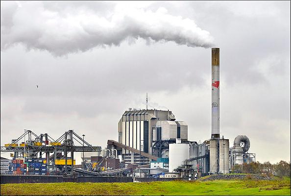 Nederland, the Netherlands, Nijmegen, 27-11-2015 Elektriciteitscentrale van Electrabel, voorheen PGEM, EPON, Nuon en Electrabel. Onderdeel van GDF SUEZ Energie Nederland. Het is een kolengestookte centrale, en wordt gesloten te worden vanwege ouderdom, stroomoverschot en milieuakkoord. Er worden ook biomassa en houtsnippers verstookt. Op het terrein zal een zonnepanelenpark gebouwd worden. Power plant will shut down early 2016 because of electricity surplus and co2 emissions Foto: Flip Franssen/HH