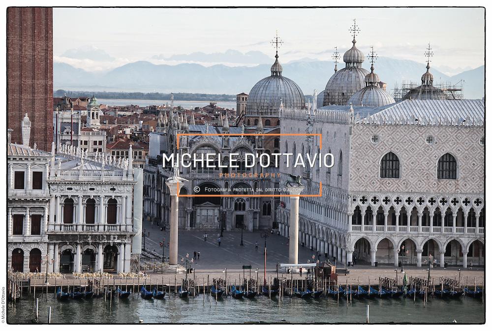 Venezia vista dal ponte di una grande nave da crociera. Una delle partenze in assoluto più suggestive e romantiche di tutto il mondo.