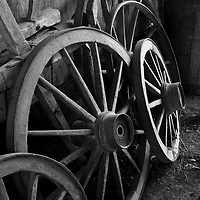 Rodas de carroca, Cantina e Casa Strapazzon, Viagem de cicloturismo nos Caminhos de Pedra, regiao de Bento Goncalves, Rio Grande do Sul, Brasil, foto de Ze Paiva, Vista Imagens.