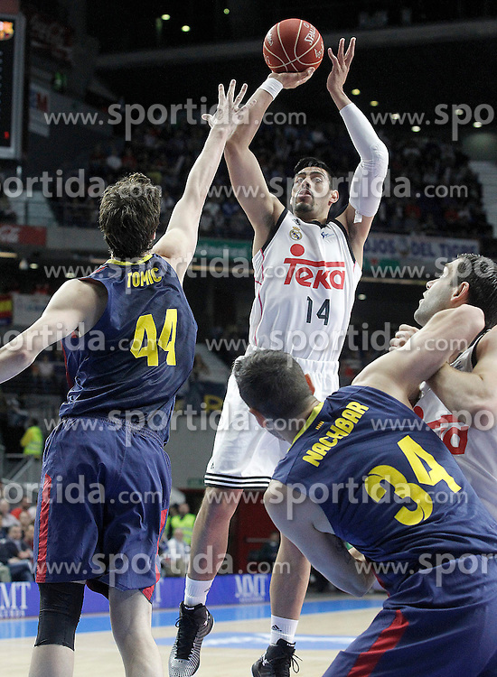 12.04.2015, Palacio de los Deportes, Madrid, ESP, Liga ACB, Real Madrid vs FC Barcelona, im Bild Real Madrid's Gustavo Ayon (c) and Felipe Reyes (r) and FC Barcelona's Ante Tomic (l) and Bostjan Nachbar // during Liga Endesa ACB match between Real Madrid and FC Barcelona at the Palacio de los Deportes in Madrid, Spain on 2015/04/12. EXPA Pictures &copy; 2015, PhotoCredit: EXPA/ Alterphotos/ Acero<br /> <br /> *****ATTENTION - OUT of ESP, SUI*****