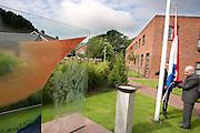 De heer Jaquet hijst de vlag bij het monument. In verzorgingstehuis Rumah Kita in Wageningen wordt de jaarlijkse Indi&euml;-herdenking gehouden. Op 15 augustus 1945 capituleerde Japan, maar vlak daarna begon de bersiap periode in voormalig Nederlands-Indi&euml;. Met de herdenking wordt stil gestaan bij de roerige tijd, waarbij veel Indo's het land moesten verlaten.<br /> <br /> Mister Jaquet is hoisting the Dutch flag. <br /> Residents of the nursing home for Dutch-Indonesian people Rumah Kita in Wageningen are attending a commemoration for the capitulation of Japan at the Indonesian war. After the war ended a new era started, where most of the Euro-Indonesian people had to leave the country.