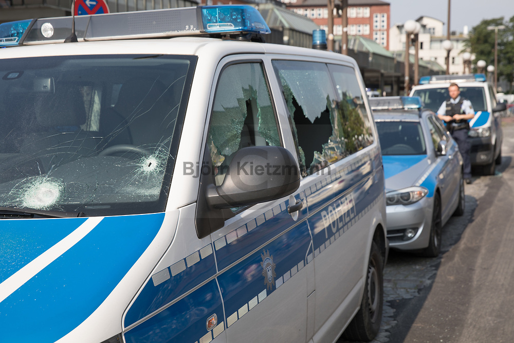 Hamburg, Germany - 07.07.2017<br /> <br /> In front of the station of the federal police at the station Altona three police vehicles are attacked and damaged. A policewoman is injured. Anti G20 protests in Hamburg.<br /> <br /> Vor der Polizeiwache der Bundespolizei am Bahnhof Altona werden drei Polizeifahrzeuge angegriffen und beschaedigt.. Eine Polizistin wird verletzt. Anti G20-Proteste in Hamburg.<br /> <br /> Photo: Bjoern Kietzmann