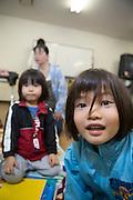 Bröderna Akioshi (närbild) och Taiki Segawa i lekgruppen som annordnas av Hinan Mama Net, en stödgrupp för mammor som har evakuerat från Fukushima prefekturen till Tokyo. Gruppen startades av Rika Mashiko.
