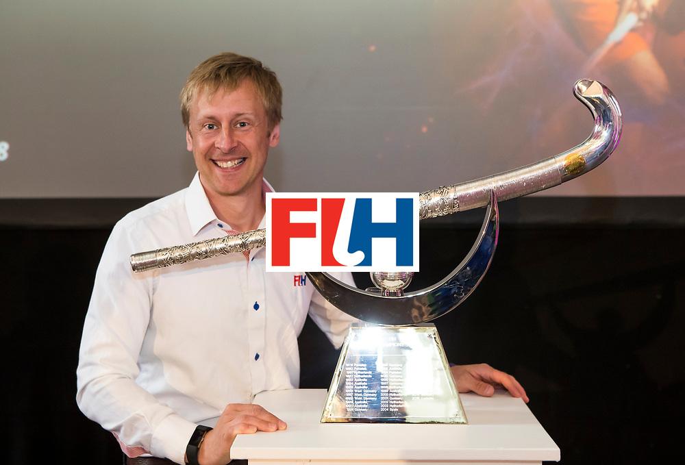 BREDA -  officiele opening van de Rabobank Champions Trophy Hockey , in de Nieuwe Kerk van Breda.  Richard Stainthorpe (FIH) met Trophy COPYRIGHT  KOEN SUYK
