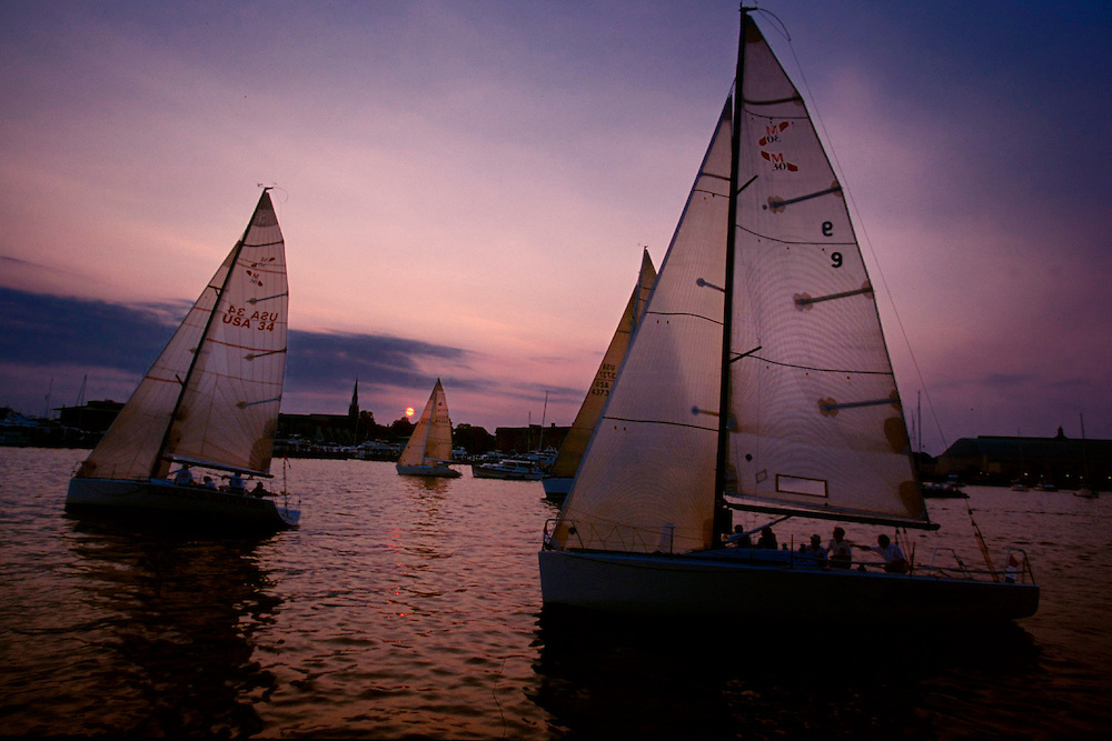 Sailboats sweep across the water at sunset during a Wednesday night race sponsored by the Annapolis Yacht Club in Annapolis, Maryland. 2001© Picturedesk.Net / Ed Hille