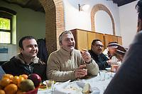 BARCELLONE POZZO DI GOTTO (ME), ITALIA - 20 FEBBRAIO 2015: Francesco Robertino Bianco (43 anni, centro) e Natale Miceli (34 anni, sinistra) chiacchiarano dopo il pranzo nella  Casa di Solidarietà e di Accoglienza a Barcellona Pozzo di Gotto il 20 febbraio 2015.