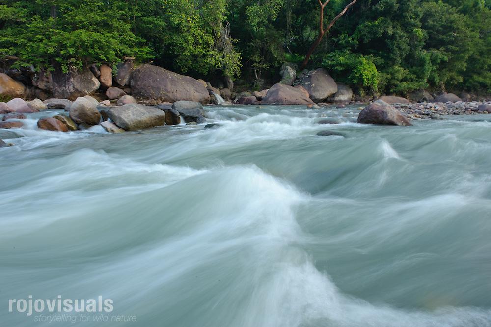 El río San Pedro Mezquital tiene zonas de fuerte corriente que durante siglos han ido dando forma a su cauce y a las montañas que lo rodean