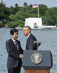 """US-Präsident Barack Obama und Japans Premier Shinzo Abe beim Gedenken an die Opfer des japanischen Angriffs auf Pearl Harbor vor 75 Jahren / 271216<br /> <br /> <br /> <br /> ***Japanese Prime Minister Shinzo Abe (L) shakes hands with U.S. President Barack Obama after completing his speech at Pearl Harbor in Hawaii on Dec. 27, 2016. Abe offered his """"sincere and everlasting condolences"""" for those who died in the Japanese attack there in 1941.***"""