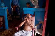 TALLER SOMOSFOTO 2008..Francisco Cabral, un dominicano de 84 años dedicado a reciclar botellas y a cuidar a dos niños sin padre. Santo Domingo, Rep Dominicana. Marzo 15-21, 2008.(ivan gonzalez).