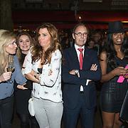 NLD/Amsterdam/20140203 - 20 Jaar Talkies Magazine, Vivian Slingerland, Quinty Trustfull, en Carolina Dijkhuizen staan te wachten in de kou te wachten