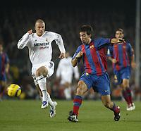 Fotball<br /> La Liga Spania<br /> 20.11.2004<br /> Foto: BPI/Digitalsport<br /> NORWAY ONLY<br /> <br /> Barcelona v Real Madrid <br /> <br /> David Beckham struggles to keep up with Brandbrostok