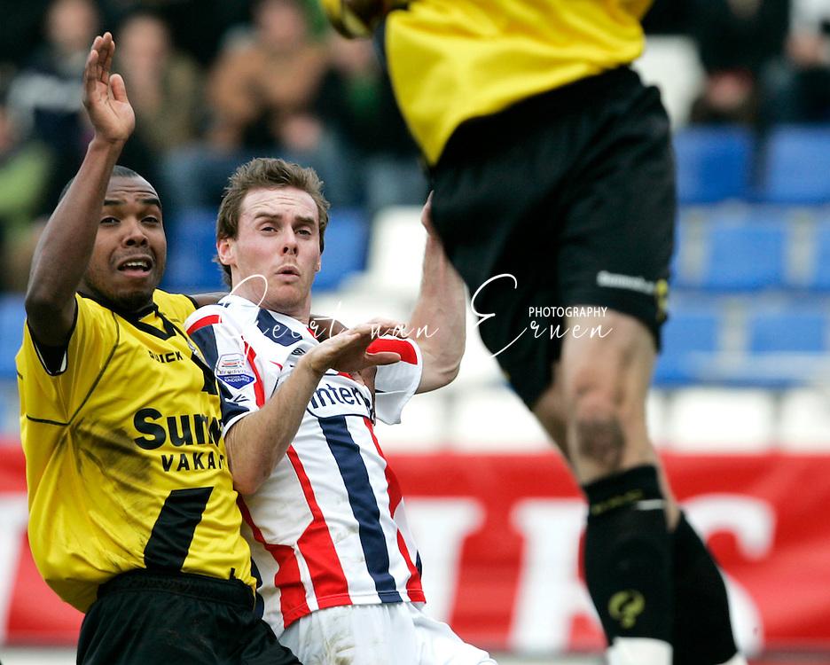 19-02-2006 VOETBAL:WILLEM II:NAC BREDA:TILBURG<br /> Kurt Elshot in duel met Joe Keenan van Willem II<br /> foto: Geert van Erven
