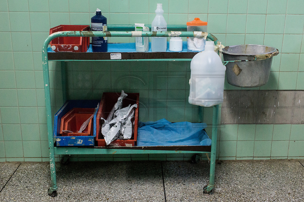 2016/05/29 - Barcelona, Venezuela: Table of first aid kit in El Troncal ambulatory, Barcelona. Most of the necessary elements of a first aid kit are missing. (Eduardo Leal)