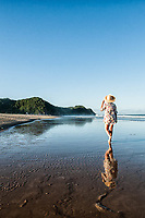 Mulher caminhando na Praia Brava. Itajaí, Santa Catarina, Brasil. / <br /> Woman walking on Brava Beach. Itajai, Santa Catarina, Brazil.