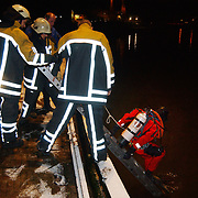 Auto te water Havenstraat haven van Huizen, duiker trap af in water