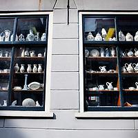 Nederland, Delft , 29 september 2010..Schrijver Kader Abdolah tijdens een wandeling door het centrum van Delft en de Bieslandse Bossen. ..Delftware shop in the center of Delft,  the Netherlands.